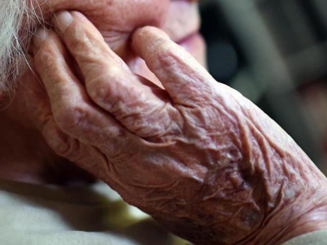 2013 mussten 41 Prozent aller Pflegebedürftigen Sozialhilfe beantragen. Foto: Britta Pedersen/dpa