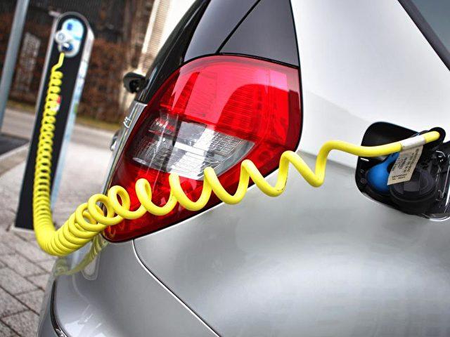 Bald an jedemNeubau Pflicht? Ein Elektroauto steht an einer Ladesäule mit Ökostrom. Foto: Jan Woitas/Archiv/dpa