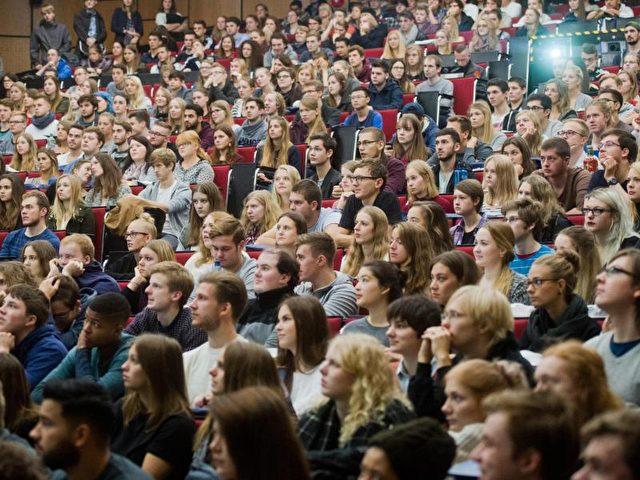 Erstsemester-Studenten bei einer Begrüßungsveranstaltung im Audimax der Leibniz Universität Hannover. Foto: Julian Stratenschulte/dpa