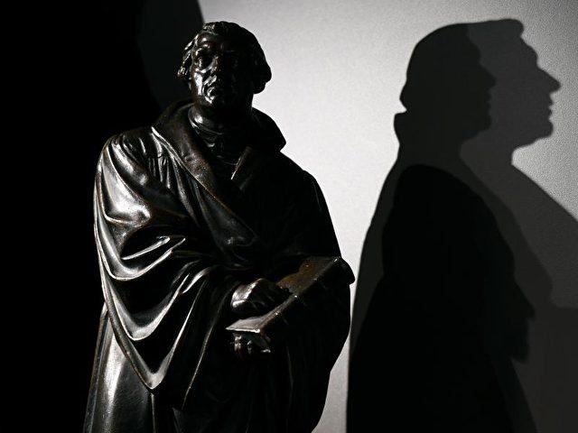 Miniaturnachbildung der Wormser Luther-Statue in der Ausstellung «Leben nach Luther. Eine Kulturgeschichte des evangelischen Pfarrhauses» in Eisenach. Foto: Martin Schutt/dpa