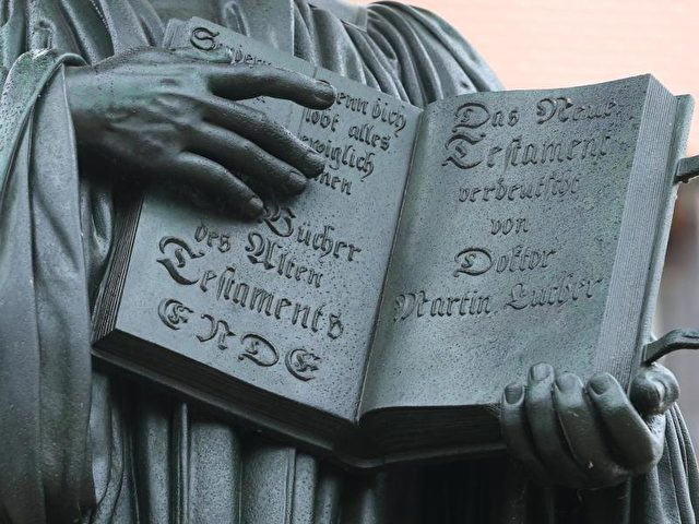 Ein Teil des Denkmals für Martin Luther auf dem Marktplatz in Wittenberg (Sachsen-Anhalt). Foto: Jens Wolf/dpa