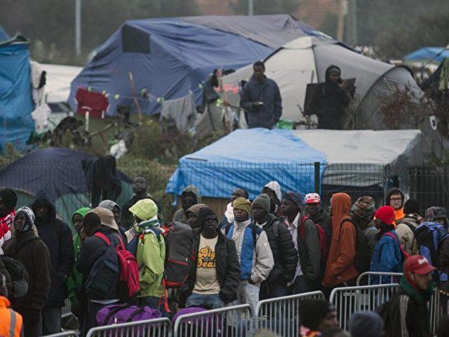 Die französischen Behörden betonten immer wieder, dass sie bei der Räumung des Flüchtlingslagers «humanitär» vorgehen. Man setze laut Innenministerium darauf, dass sich die Menschen freiwillig melden. Foto: Etienne Laurent/dpa
