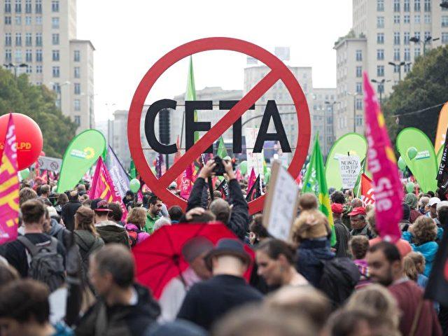 Demonstration gegen Ceta und TTIP in Berlin im September. Die EU und Kanada halten an den Verhandlungen fest. Foto: Jörg Carstensen/Archiv/dpa