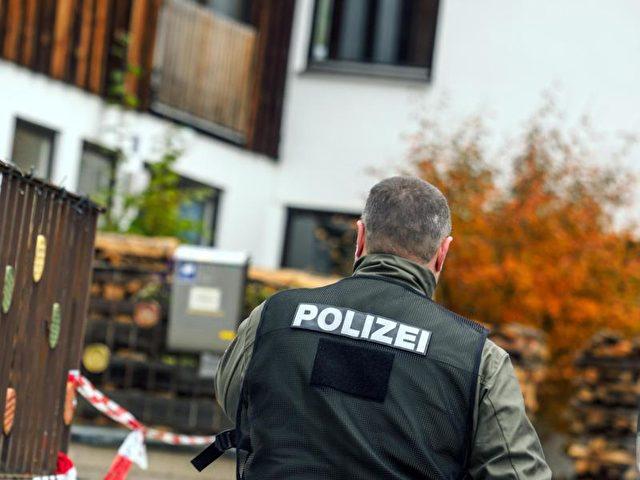 Ein Polizist geht vor einem Haus entlang, in dem ein Angehöriger der Reichsbürger-Bewegung bei einer Razzia vier Polizisten durch Schüsse zum Teil schwer verletzt hatte. Foto: Nicolas Armer/Archiv/dpa