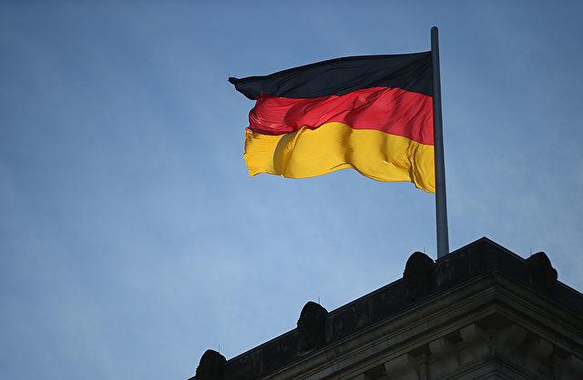 Die Deutschland Flagge auf dem Reichstag in Berlin. Foto: Sean Gallup/Getty Images