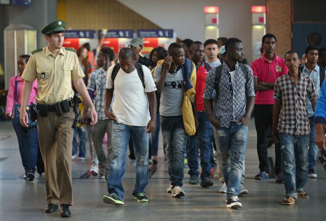 Migranten am Münchner Hauptbahnhof, im August 2015. Foto: Sean Gallup/Getty Images
