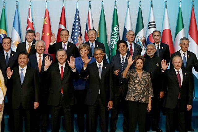 (Erste Reiche l-r) Chinas Präsident Xi Jinping, türkischer Präsident Recep Tayyip Erdogan, US Präsident Barack Obama, brasilianische Präsidentin Dilma Rousseff, Russlands Vladimir Putin, auf dem G20 Gipfeltreffen im November 15, 2015 in Antalya, Türkei. Foto: BERK OZKAN/AFP/Getty Images