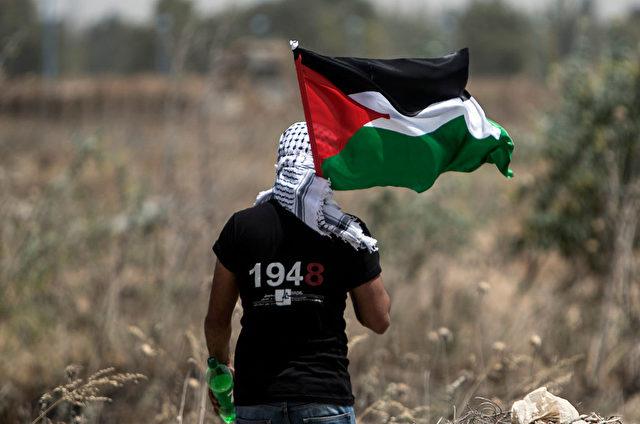 Ein Mann hält die Flagge von Palästina. Foto: MAHMUD HAMS/AFP/Getty Images