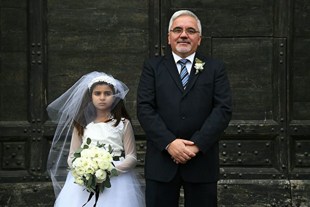 Nachgestellte Hochzeit zwischen einem Kind und einem 47-Jährigen. Initiiert von Amnesty International. Foto: GABRIEL BOUYS/AFP/Getty Images