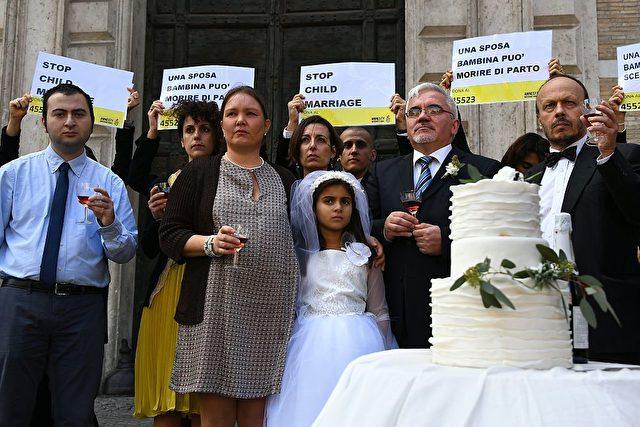 Nachgestellte Hochzeit zwischen einem Kind und einem 47-Jährigen. Initiiert von Amnesty International. Foto: GABRIEL BOUYS/AFP/Getty Images