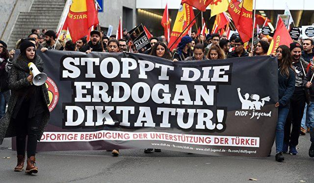 Kurden demonstrieren gegen den türkischen Staatschef Erdogan in Deutschland Foto: PATRIK STOLLARZ/AFP/Getty Images