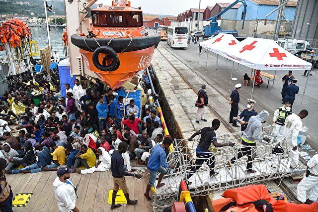 Flüchtlinge und Migranten erreichen Italien. 7. November 2016 Foto: ANDREAS SOLARO/AFP/Getty Images
