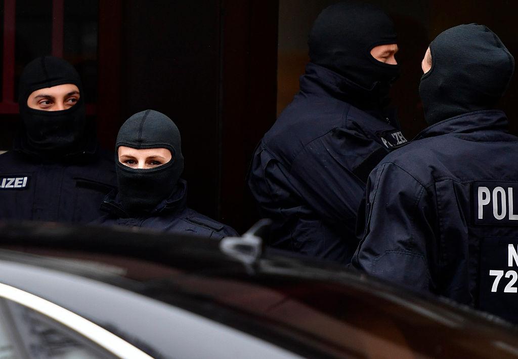 Schweinekopf vor Helmstedter Moschee abgelegt – 20 Polizisten durchsuchen Wohnung von Tätern