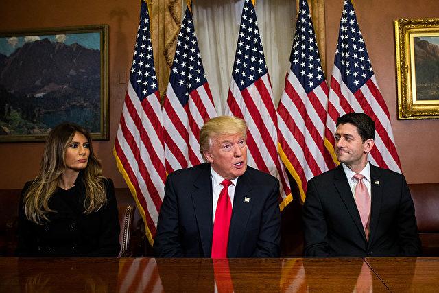 US-Präsident Donald Trump und seine Frau Melania Trump (l) und Paul Ryan Foto: Zach Gibson/Getty Images