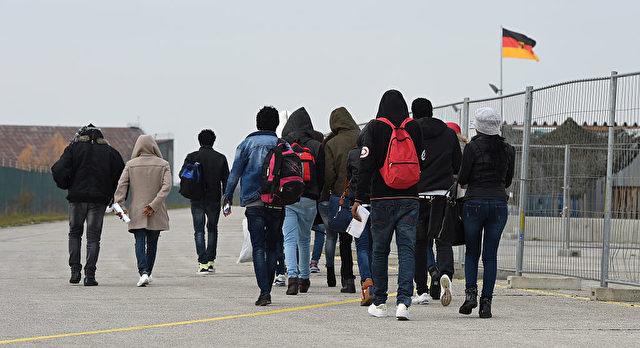 Flüchtlinge und Migranten erreichen Deutschland per Charterflug. 25. November 2016 in der Nähe von Erding, München. Foto: CHRISTOF STACHE/AFP/Getty Images