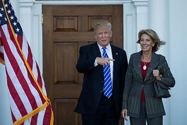 US-Präsident Donald Trump und Bildungsministerin Betsy DeVos. Foto: Drew Angerer/Getty Images