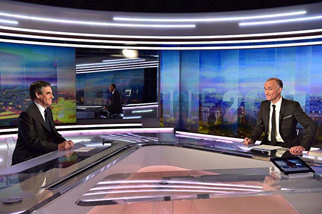 Francois Fillon (l) und der Fernsehjournalist Gilles Bouleau am 21. November 2016 im französischen TV-Kanal TF1 Foto: CHRISTOPHE ARCHAMBAULT/AFP/Getty Images