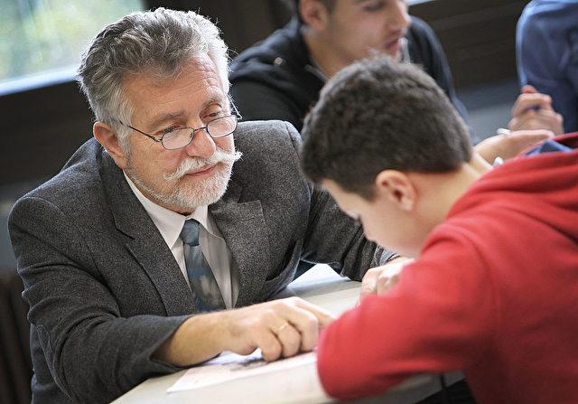 Lehrer und Schüler (Symbolbild). Foto: DANIEL ROLAND/AFP/Getty Images