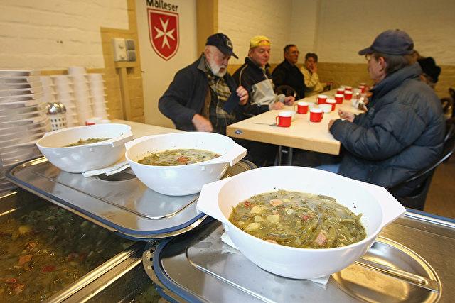 Hartz IV Empfänger hohlen sich Essen bei dem Malteser Hilfsdienst Foto: Getty Images