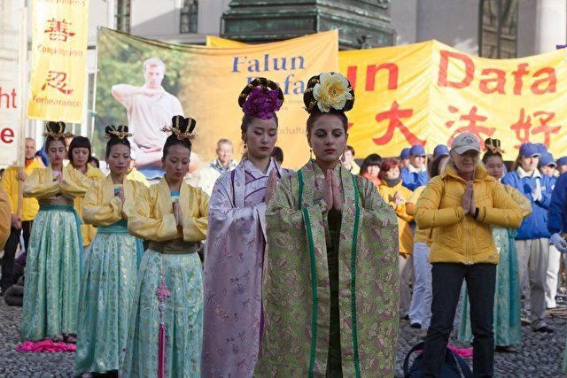 Kundgebung-Falun-Gong-Muenchen-Damen-05112016