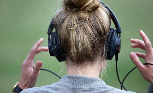 Frau mit Kopfhörern Foto: über dts Nachrichtenagentur
