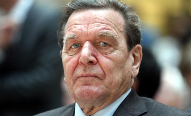 Altkanzler Schröder wirft Merkel Führungsschwäche vor