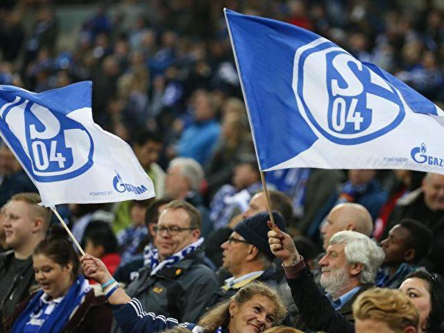 Die Schalker Fans freuten sich über den Sieg gegen FK Krasnodar. Foto: Friso Gentsch/dpa