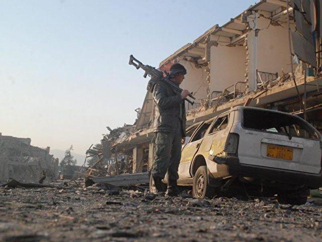 Alles zerstört: Deutsche sollen US-Truppen Informationen über die Taliban in Kundus gegeben haben - denken die Taliban. Nun haben sie einen schweren Anschlag auf das deutsche Generalkonsulat in Masar-i-Scharif verübt. Foto:Mutalib Sultani/dpa