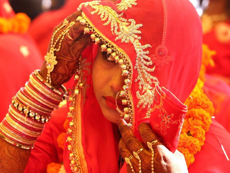 700 indische Bräute erhalten Holzschläger zum Schutz vor betrunkenen Ehemännern