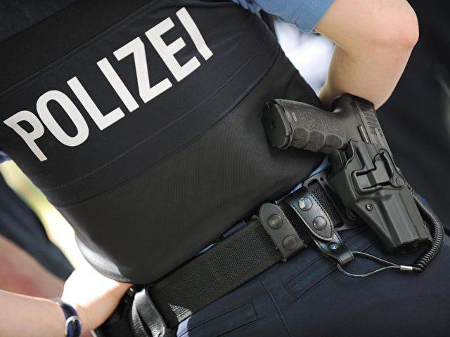 Polizeibeamtin mit Dienstwaffe am Gürtel. Laut Polizeiverordnung sind Frauen mit Implantaten in der Brust wegen erhöhter Verletzungsgefahr nicht geeignet für den Polizeidienst. Foto:Arne Dedert/dpa