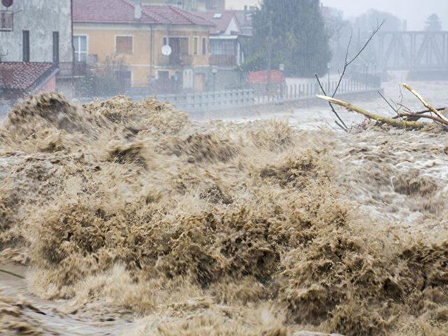 Alarmstufe Rot in Norditalien:Nach heftigen Regenfällen wälzt sich eine Wasser- und Schlammlawine durch den Ort Garessio. Foto: Bernd März/dpa