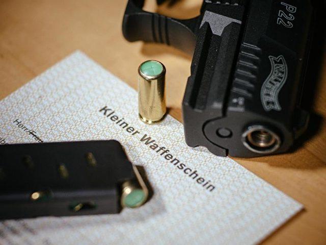 Kleine Waffenscheine sind in Deutschland weiterhin sehr gefragt. Foto: Oliver Killig/dpa