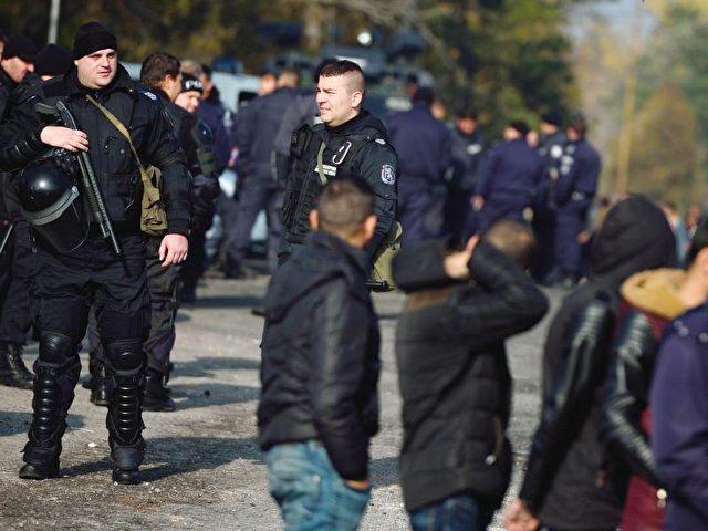 Nach den Auschreitungen hat die bulgarische Polizei ihre Präsenz in dem Flüchtlingsaufnahmezentrum bei Harmanli erhöht. Foto: Vassil Donev/dpa