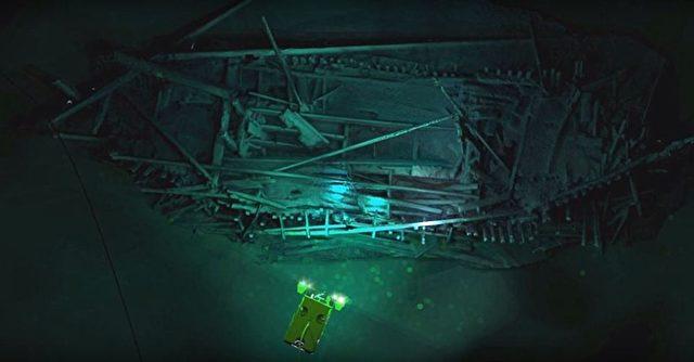 Ein byzantisches Schiffswrack das möglicherweise seit dem 9. Jahrhundert auf dem Meeresgrund liegt. Im Vordergrund ist einer der ROVs die den Boden kartografieren sollten und letztendlich die Wracks gefunden haben. Foto: Screenshot/youtube