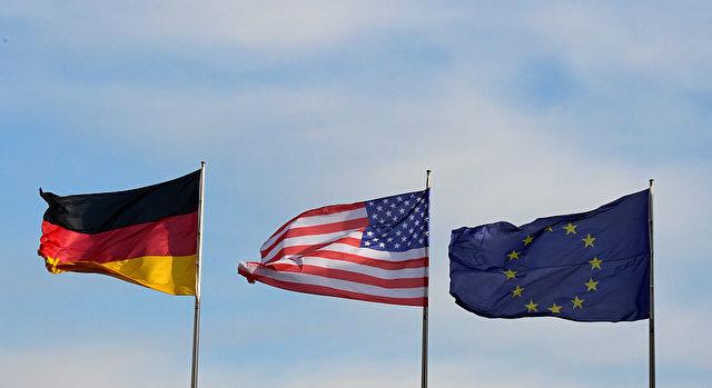 Deutschland Flagge (l), die Flagge der USA (m) und die EU-Fahne. Foto: TOBIAS SCHWARZ/AFP/Getty Images