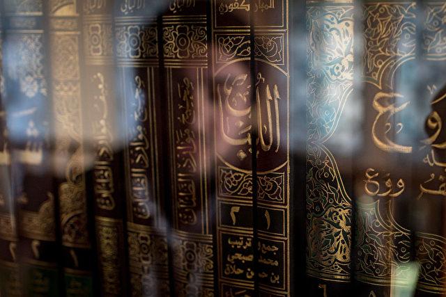 Ein Mann schaut auf islamische Bücher (Symbolbild). Foto: Getty Images