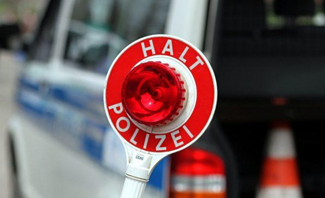 Halt-Stopp-Schild der Polizei bei einer Verkehrskontrolle Foto: über dts Nachrichtenagentur