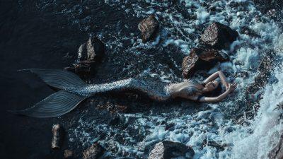 Gestrandet auf 10.000 Plastikflaschen – Der Hilferuf einer Meerjungfrau
