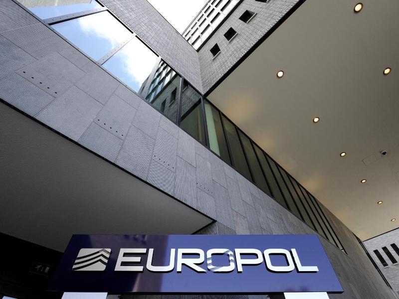 """Europol: Kriminelle Banden """"überschwemmen"""" Märkte mit falschen Corona-Medikamenten"""