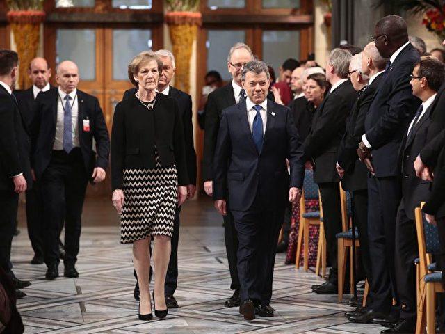 Kolumbiens Präsident Juan Manuel Santos und ein Mitglied des Nobelkomitees in Oslo. Foto: Haakon Mosvold Larsen/dpa