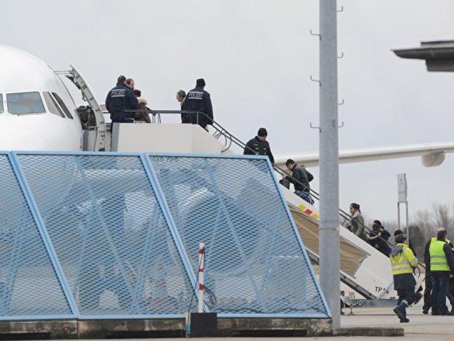 Sammelabschiebung abgelehnter Asylbewerber am Baden-Airport in Rheinmünster. Nach jüngsten Angaben der Bundesregierung sind mehr als 12 000 Afghanen zur Ausreise aus Deutschland aufgefordert. Foto: Patrick Seeger/Archiv/dpa