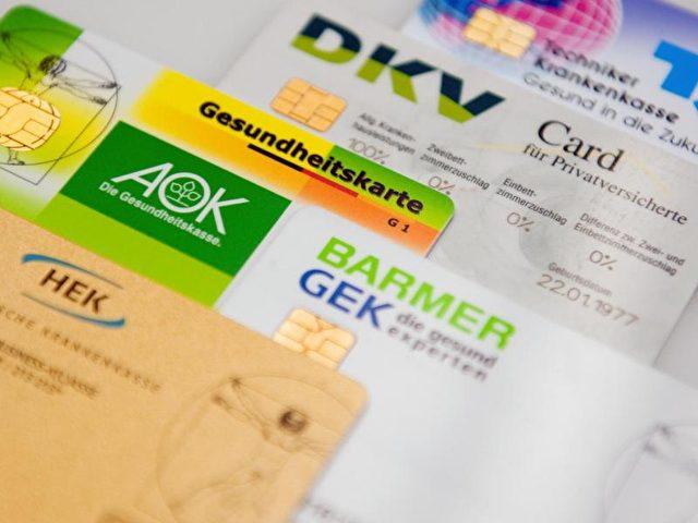 Chipkarten verschiedener Krankenkassen:Die privaten Kassen verzeichnen einen deutlichen Mitgliederschwund. Foto: Robert Schlesinger/dpa