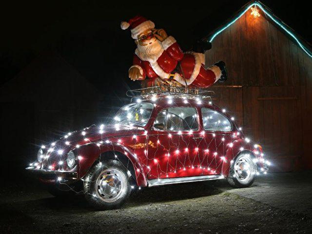 Ein weihnachtlich dekorierter VW-Käfer steht auf einem Grundstück im baden-württembergischen Ertingen. Foto: Thomas Warnack/dpa