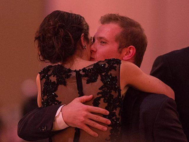 Fabian Hambüchen küsst nach seinem Sieg seine Freundin. Foto: Patrick Seeger/dpa