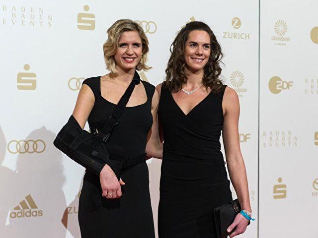 Die Beachvolleyballerinnen Laura Ludwig (l) und Kira Walkenhorst wurden als «Mannschaft des Jahres» geehrt. Foto: Patrick Seeger/dpa
