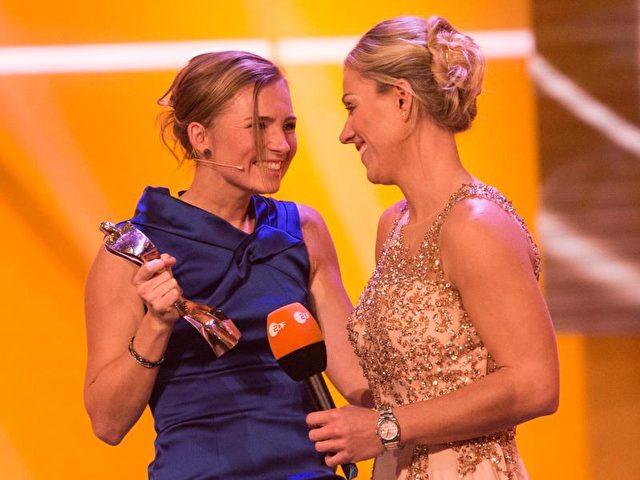 Angelique Kerber bekam ihre Trophäe von ihrer Freundin Julia Lerz überreicht. Foto: Patrick Seeger/dpa