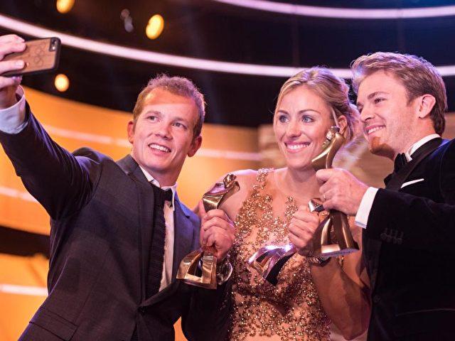 Florian Hambüchen macht ein Selfie von sich, Angelique Kerber und dem drittplatzierten Sportler des Jahres, Formel-1-Weltmeister, Nico Rosberg. Foto: Patrick Seeger/dpa