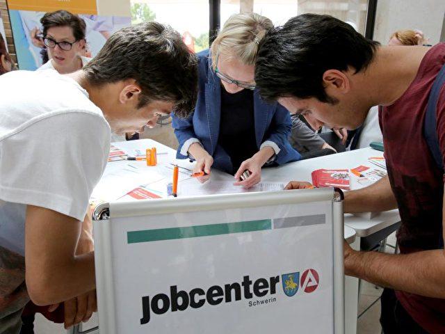 406.000 arbeitssuchende Flüchtlinge sind bei den Arbeitsagenturen und Jobcentern registriert. Foto: Bernd Wüstneck/dpa