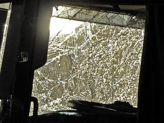 Die zerstörte Frontscheibe des Lastwagens. Foto: Rainer Jensen/dpa