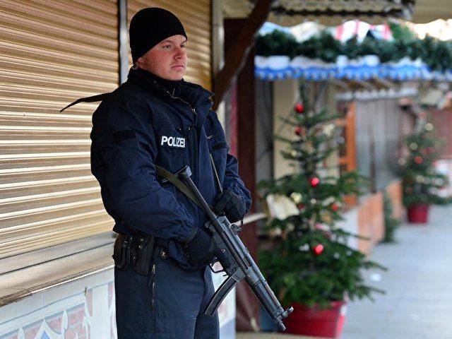 Ein Polizist steht am Anschlagsort in der Nähe der Gedächtniskirche in Berlin Wache. Foto: Maurizio Gambarini/dpa